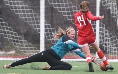 Leah Rowse takes on Glenwood defender